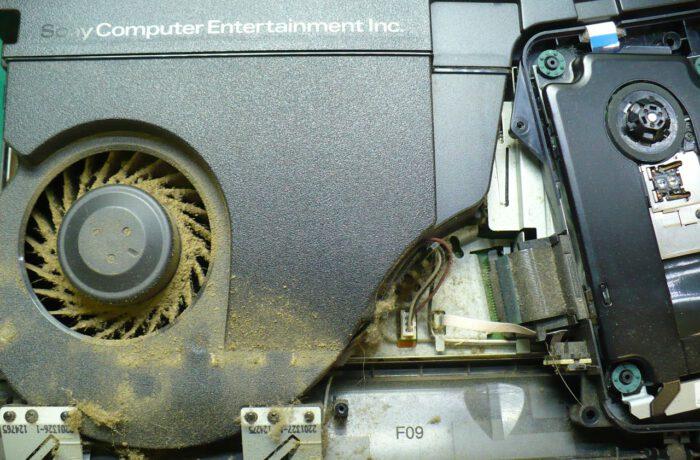Przykład zanieczyszczonej konsoli PS4